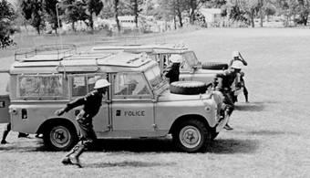 FS Plaque en t/ôle bomb/ée en m/étal pour Land Rover Parking Only 10 x 46 cm